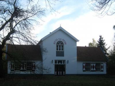 De naam Huis ter Heide komt vaker voor in ons land. O.a. als dorp in Utrecht, als buurtschap in Fryslân en Drenthe, en, in dit geval, als landgoed bij het dorp De Moer. (© H.W. Fluks)
