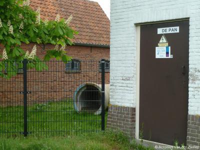 Buurtschap De Pan heeft geen plaatsnaamborden en heeft ook geen gelijknamige straatnaam. Je kunt daarom alleen aan dit opschrift op het elektriciteitshuisje ter plekke zien dat je in deze buurtschap bent aanbeland.