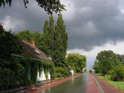 """Op een dag als deze ben je """"een bofferd in De Poffert"""", aldus maker van de foto Harry Perton (https://groninganus.wordpress.com). Op zijn fiets, in de regen, maakte hij deze prachtige foto, waarbij de zon na een regenbui net weer doorbreekt."""