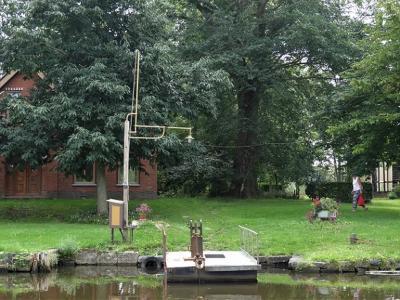 Panden die alleen over water te bereiken zijn en daarom een eigen pontje hebben, zijn in ons land zeer schaars geworden. In buurtschap De Poffert zijn er nog twee te vinden waaronder deze. (©https://groninganus.wordpress.com/2020/08/16/rondje-gaarkeuken-3