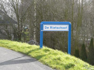 Buurtschap De Rietschoof heeft in 2015 plaatsnaamborden gekregen, zodat je nu kunt zien wanneer je de buurtschap binnenkomt en weer verlaat.