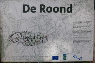 De meeste buurtschappen van de gemeente Boxtel, waaronder buurtschap De Roond, hebben in 2009 fraaie informatiepanelen gekregen waar ook de plaatsnaam groot op staat. Een mooie combinatie van 'plaatsnaambord' en informatiepaneel. (© www.henrifloor.nl)