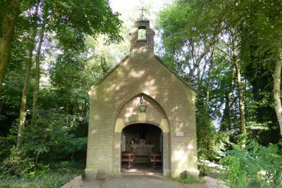 De Sint Annakapel in buurtschap De Roond is in 1954 gebouwd door leerlingen van de Lagere Technische School in Boxtel. (© Henri Floor)