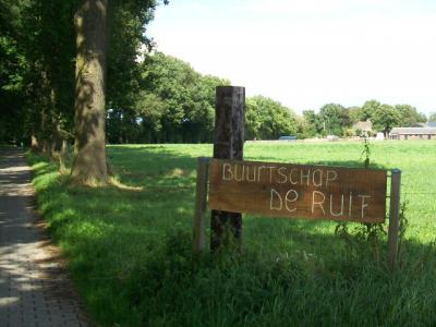 Daarom hebben de inwoners van De Ruif ergens in de afgelopen jaren een nieuw plaatsnaambord vervaardigd. In 2014 stond het er in ieder geval al. (© Hans van Embden)