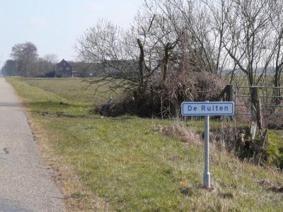 Buurtschap De Ruiten ligt in de gelijknamige polder, NO van de stad Zwolle, W van buurtschap De Lichtmis. De fotograaf heeft dit bordje in 2016 'ontdekt', maar wellicht stond het er al langer? (© H.W. Fluks)