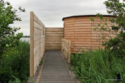 Weblogger Afanja baalt als in 2017 de vogelkijkhut bij het meer De Leyen bij het dorp De Tike blijkt te zijn afgebroken. Gelukkig is er in 2019 een nog mooiere en praktischer vogelkijkhut voor teruggekomen, met plankjes om de camera op te laten rusten.