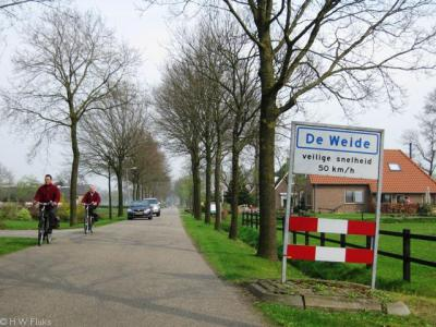 De Weide is een buurtschap van het dorp Ruinerwold. Het ligt buiten de bebouwde kom en heeft daarom witte plaatsnaamborden. Wettelijk mag je er daarom max. 60 km/u, maar ze verzoeken je max. 50 km/u aan te houden omdat het toch een woonkern(tje) betreft.