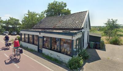 Het (tweede) café De Zwarte Kat, in de gelijknamige Amstelveense buurtschap, heeft eind 2017 de deuren gesloten. Een ontwikkelaar wil op deze locatie drie villa's realiseren. De inwoners van de buurtschap zijn daar 'not amused' over. (© Google StreetView)