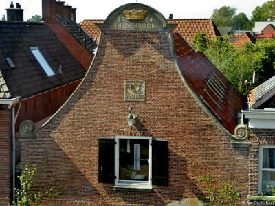 Getuige de gevelornamenten is dit fraaie pand met klokgevel op Markt 1 in Delden kennelijk een posthuis geweest, daterend uit 1764, met de naam In de Kroon.