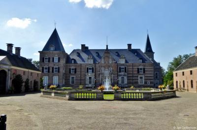 Landgoed Twickel is met een oppervlakte van 4.000 hectare het grootste landgoed van Nederland. Ook Kasteel Twickel is bepaald een 'grote jongen'.