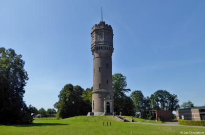 Ook de in 1893 gebouwde, vlak bij Kasteel Twickel gelegen watertoren, destijds gebouwd t.b.v. Landgoed Twickel, is indrukwekkend.