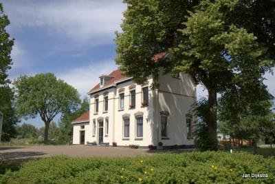 Nog maar een keer het station van Vinkeveen in Demmerik, dat tot 1950 dienst heeft gedaan. We zien het station hier van de andere zijde, daar zal ook de ingang voor de treinreizigers zijn geweest.