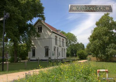 Het mooi gerestaureerde voormalige station van Vinkeveen in Demmerik, we zijn hier aan de perronzijde. Het spoorbaantracé is nog zichtbaar en is nu een wandelpad (onderdeel van het Bellopad).