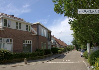 Demmerik is, met naast de gelijknamige weg o.a. ook nog de Spoorlaan, Elzenhof en Wilgenlaan, een buurtschap van flinke omvang. Daar hoort toch wel een eigen plaatsnaambord bij... (zoals een wit bordje onder het blauwe bord Vinkeveen vanuit Donkereind).