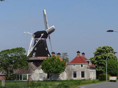 Den Andel heeft twee blikvangers: de kerk en Molen De Jonge Hendrik. (© Harry Perton/https://groninganus.wordpress.com)