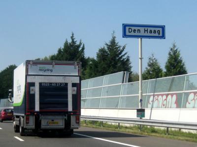 Officieel - bijvoorbeeld in het postcodeboek en in de Basisregistratie Adressen en Gebouwen (BAG) - heet de gemeente en stad nog altijd 's-Gravenhage, maar in de praktijk wordt de naam Den Haag gehanteerd. Bijvoorbeeld op de plaatsnaamborden. ©H.W. Fluks