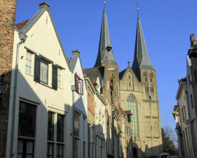Deventer, Bergstraat, met zicht op de ruim acht eeuwen oude Bergkerk met zijn twee beeldbepalende torens (© Jan Dijkstra, Houten)