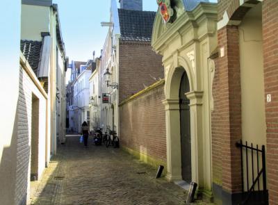 Deventer, de rustieke Sandrasteeg (© Jan Dijkstra, Houten)