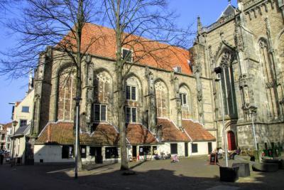 Deventer, het Grote Kerkhof, met de Grote Kerk of Lebuinuskerk, de Mariakerk en de tegen die kerk aangebouwde Maagdenhuisjes of Stovenzetsterhuisjes (© Jan Dijkstra, Houten)