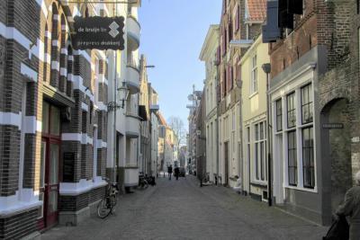 Deventer, de Noordenbergstraat, met rechts de ingang van de Kranensteeg (© Jan Dijkstra, Houten)