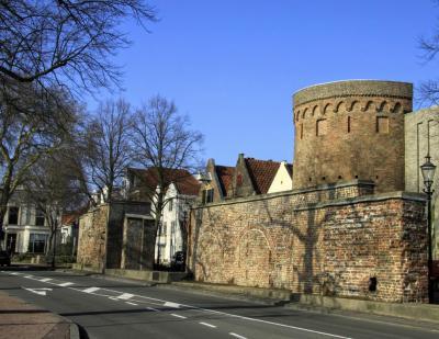 Deventer, stadsmuur aan de kant van de IJssel, bij de toren van de Vispoort (© Jan Dijkstra, Houten)
