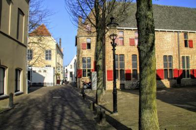 Deventer, in het straatje Het Klooster zien we inderdaad een klooster, namelijk het 15e-eeuwse, voormalige Buiskensklooster (© Jan Dijkstra, Houten)