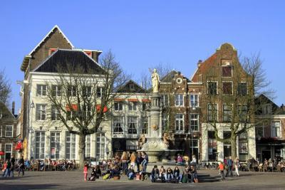 Deventer, zodra de zon in het voorjaar gaat schijnen, stromen de terrassen op de Brink gelijk vol (© Jan Dijkstra, Houten)