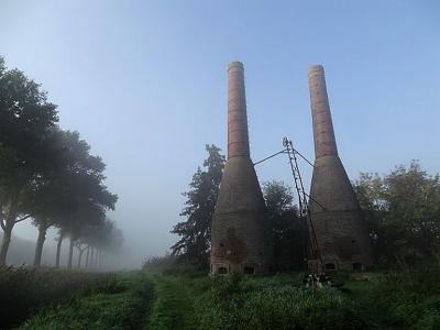 Dieverbrug heeft 1 rijksmonument, zijnde hét 'landmark' van het dorp: het voormalige Kalkovencomplex uit 1925. (© Harry Perton / https://groninganus.wordpress.com)