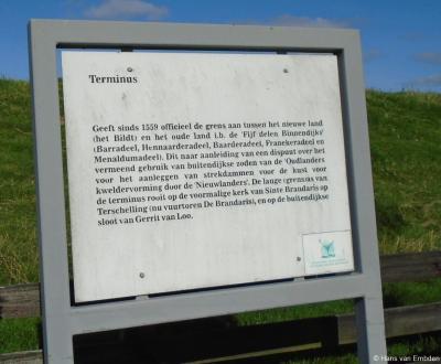 Grenspaal Terminus in buurtschap Dijkshoek (een afbeelding daarvan is te vinden onder de link in het hoofdstuk Bezienswaardigheden) geeft sinds 1559 de grens aan tussen het 'nieuwe land' (Het Bildt) en het 'oude land' (de 'vijf delen binnendijks').