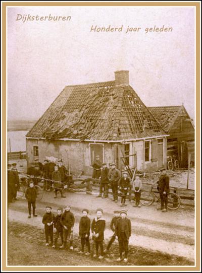 Dijksterburen, 1915, grote belangstelling voor de ravage, die een tot ontploffing gebrachte aangespoelde zeemijn heeft aangericht. Foto collectie Reinder Politiek.