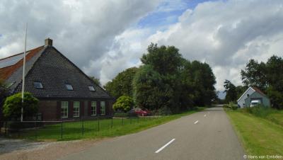 Buurtschap Doijum valt deels onder het dorp Hitzum, deels onder de stad Franeker. Deze foto geeft deze grenssituatie mooi weer; links B&B en camping De Salix op Franekerweg 2 onder Hitzum, en rechts het huis op Hitzumerweg 10 onder Franeker.