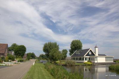 Donkereind is een langgerekte buurtschap met afwisselend monumentale boerderijen en moderne villa's.