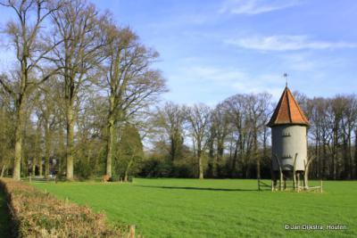 Doorn, slanke markante duiventil in de kasteeltuin van Huis Doorn