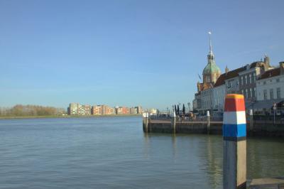 Dordrecht, aan de Beneden Merwede (© Jan Dijkstra, Houten)