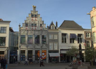 Een mooi rijtje aan de Groenmarkt in Dordrecht (© Jan Dijkstra, Houten)
