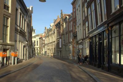 Het is rustig op zaterdagmiddag in de Wijnstraat in Dordrecht (© Jan Dijkstra, Houten)