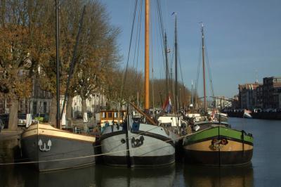 Drie op een rij in de Wolwevershaven in Dordrecht (© Jan Dijkstra, Houten)