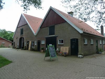 Gastgalerij Ankomm'n in buurtschap Dorpbuurt(-West). Fotograaf Hans Hendriks en zijn partner Anita Duenk zijn hier in 2014 gestart in deze voorheen leeggestaan hebbende boerderij op Landgoed Mentink, met een combinatie van expositieruimte en terras.