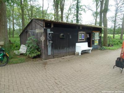 Ze zijn heel gastvrij in Gastgalerij Ankomm'n in buurtschap Dorpbuurt(-West) tussen Winterswijk en Corle, maar als je je misdraagt krijg je met de mattenklopper!
