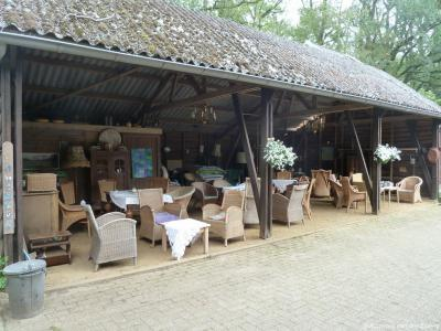 In Gastgalerij Ankomm'n in buurtschap Dorpbuurt(-West) tussen Winterswijk en Corle, kun je op het boerderijterras even bijkomen met een hapje en drankje, in echte rieten stoelen en geen plastic neprietstoelen zoals ze in de steden op terrasjes hebben. ;-)