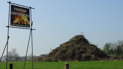 Een van de jaarlijkse tradities in buurtschap Dortherhoek is het paasvuur op 1e paasdag (© www.dortherhoek.nl)