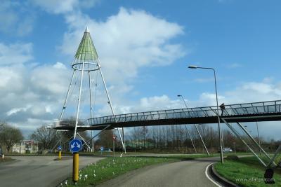 Drachten, fiets- en voetgangersbrug De Slinger over de Zuiderhogeweg (© www.afanja.com)