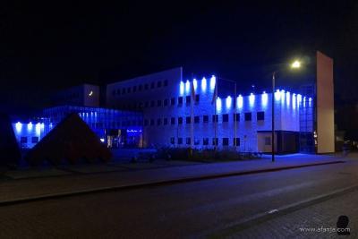 In verband met het 75-jarig bestaan van de VN op 24 oktober 2020 baadde het gemeentehuis van Smallingerland in Drachten eind oktober 2020 eenmalig in een zee van blauw licht. (© en voor nadere informatie zie https://afanja.com/2020/12/23/blauw-is-de-kleur