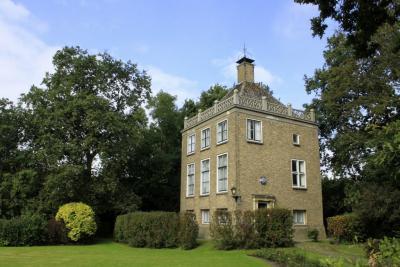 In 1956 wordt het huidige Huis Windenburg in Dreischor gebouwd, als ambtswoning voor burgemeester A.H. Vermeulen. Reeds enkele jaren later, in 1961, wordt het overbodig, als gevolg van de gemeentelijke herindeling... (© Jan Dijkstra, Houten)