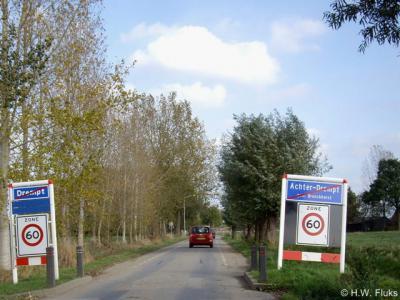 Hier ga je de bebouwde kom van het dorp Achter-Drempt uit. Het líjkt of hier een grens doorheen loopt en je aan de linkerkant de plaats Drempt verlaat, maar dat is flauwekul. Dit is gewoon helemaal Achter-Drempt, dat in de postadressen Drempt heet.