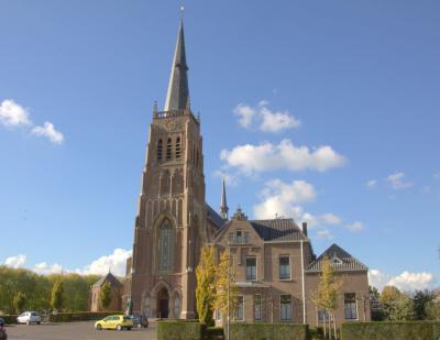 De RK H. Barbarakerk in Dreumel is een in 1868-1869 naar ontwerp van de Tilburgse architect H. van Tulder in neogotische stijl gebouwde kruisbasiliek met toren. De bovenbouw dateert uit 1925-1926. (© Jan Dijkstra, Houten)