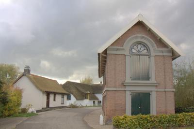 Het rijksmonumentale dijkmagazijn in de Vluchtheuvelstraat in Dreumel. Hier is daadwerkelijk een vluchtheuvel. Hoe dat zit, kun je hier lezen: https://mijngelderland.nl/inhoud/specials/verbeelding-van-de-waal/het-gevaar-van-dijken (© Jan Dijkstra, Houten)