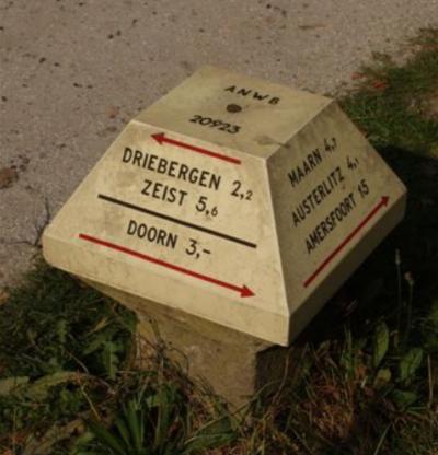 Zo staat op de ANWB-paddenstoelen in de omgeving de plaatsnaam Driebergen. (© H.J. Derksen)