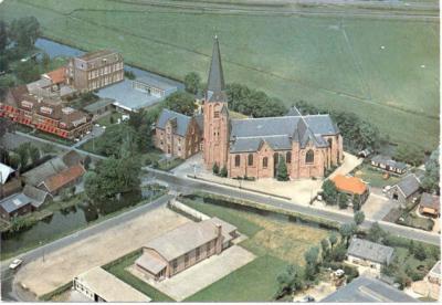 Vanuit de lucht is het grensgeval Driehuis goed te overzien: rechts de RK kerk op tot voor kort Wilnisser grondgebied, links ernaast de pastorie op Mijdrechts grondgebied, en daarnaast zorgcentrum Gerardus Majella, op de plek van voorheen de drie huisjes.