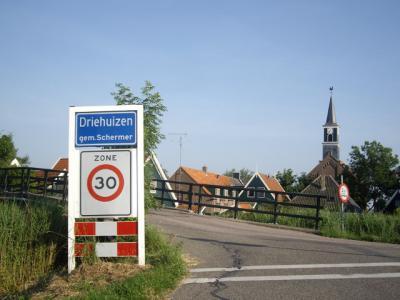 Driehuizen is met ruim 200 inwoners het kleinste dorp van de Schermer. Sinds de herindeling van 2015 valt het onder de gemeente Alkmaar. Driehuizen is een zeer bezienswaardig en zeer actief dorpje, waarover je alles kunt lezen op deze pagina. © H.W. Fluks